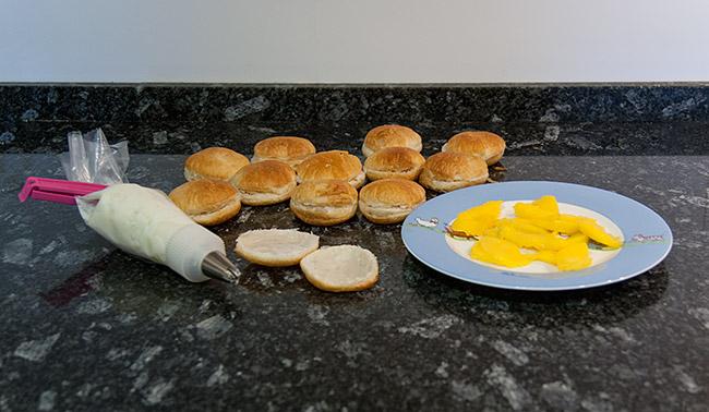 Hojaldre relleno de queso y mango